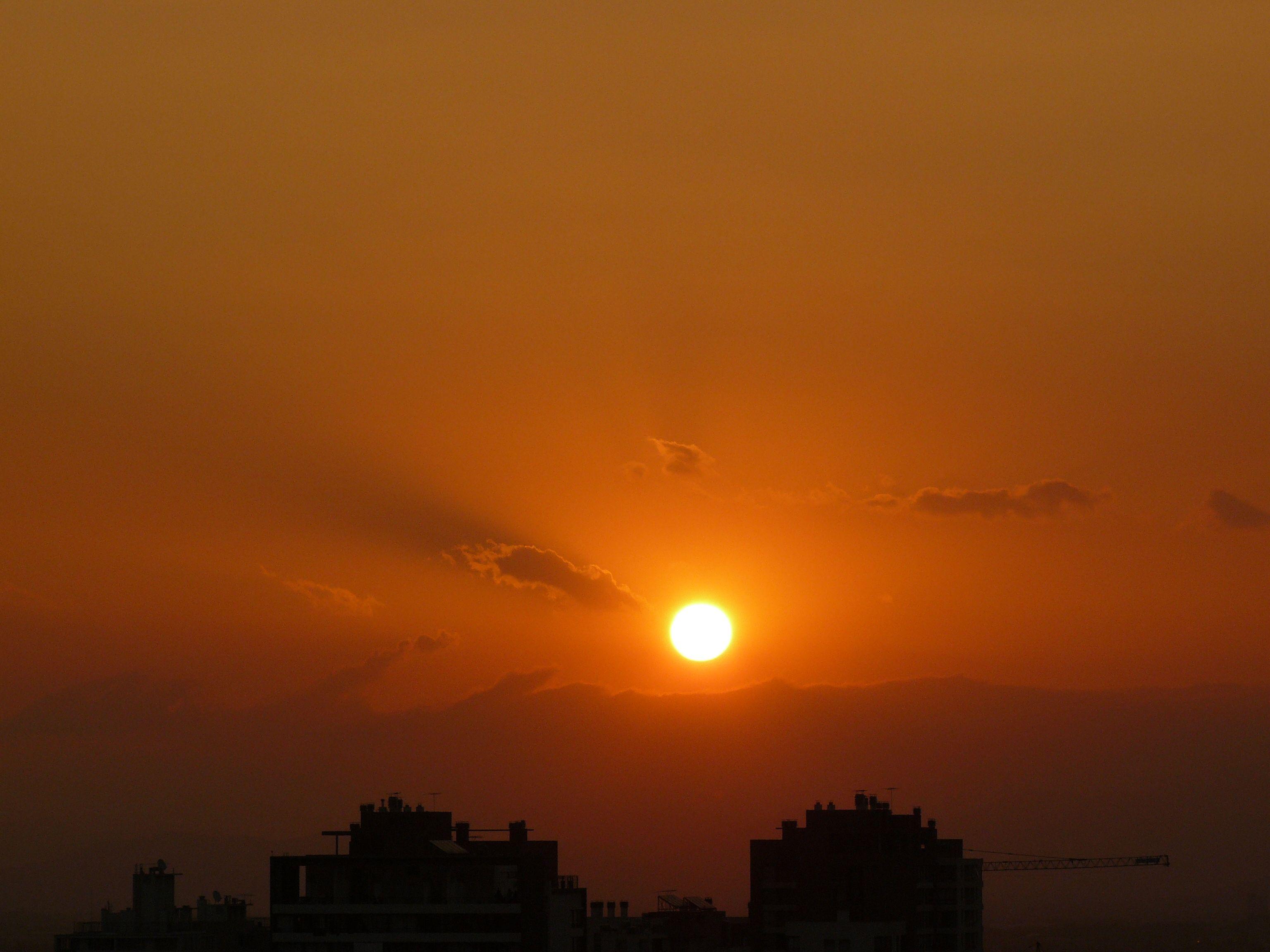 Puesta de sol en la ciudad,Chile.