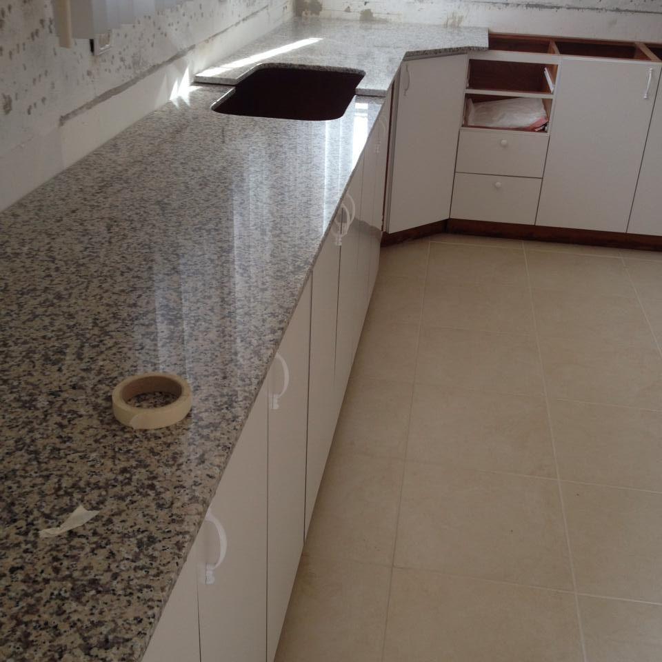Topes en granito cuarzo y m rmol cocinas for Granito marmol cuarzo