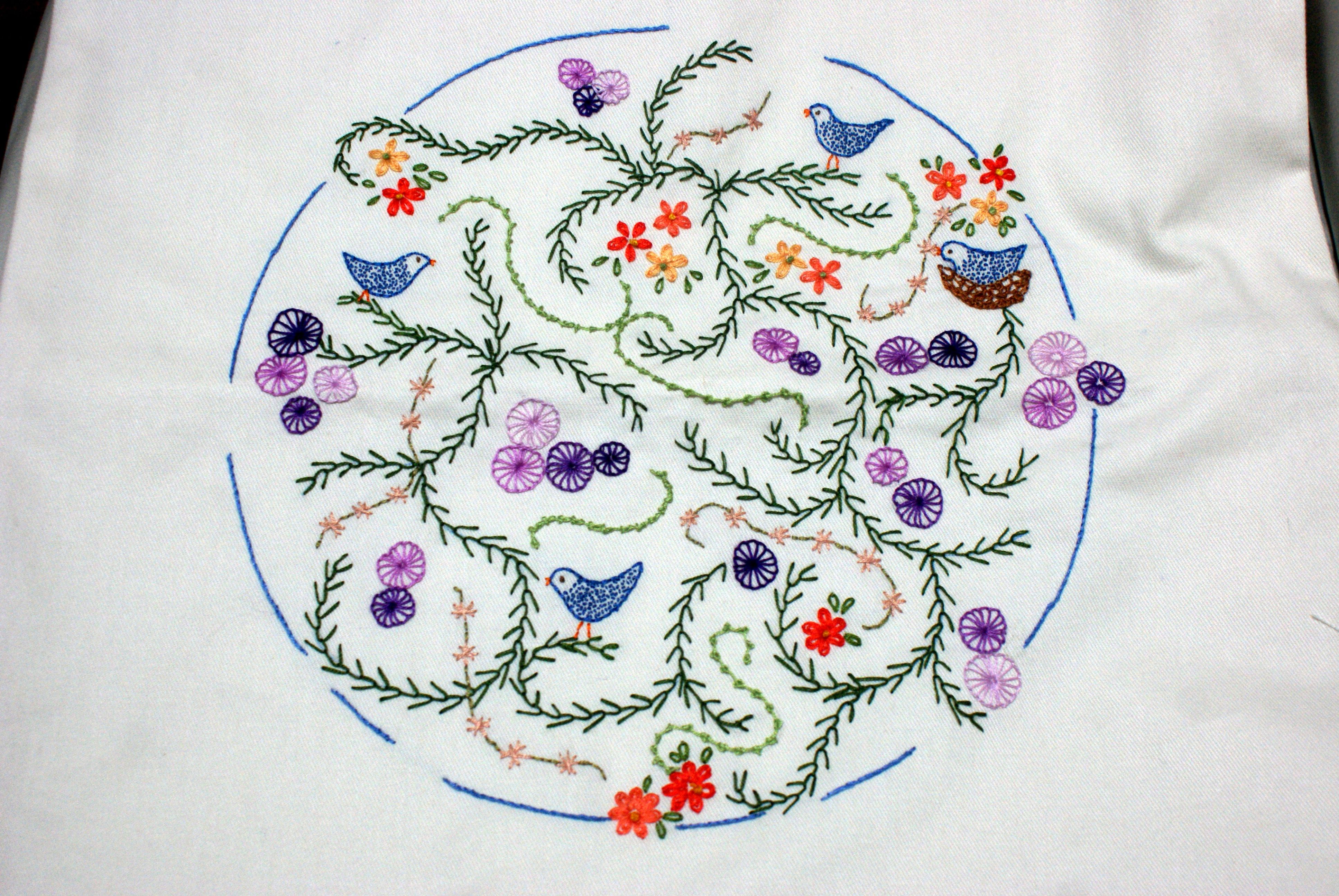 Mandala de pássaros - almofada - bordado livre