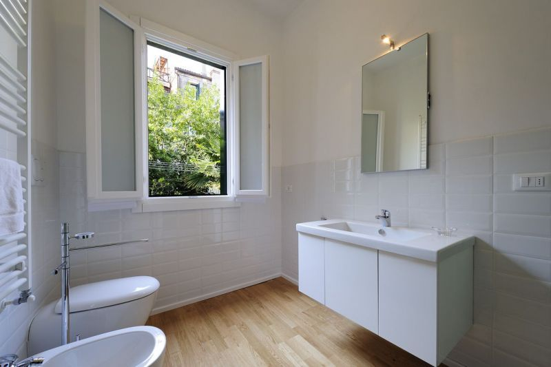 Bagno con piastrelle bianche e parquet cerca con google - Parquet nel bagno ...