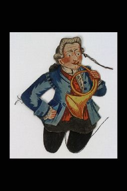 Sprattelgubbe, handkolorerad papper uppfodrad på lumppapp. Föreställande musiker med valthorn klädd blå jacka, röd väst och svarta byxor, peruk med kanonlockar.     Underbenen saknas.     Produktion:     1770 - 1799