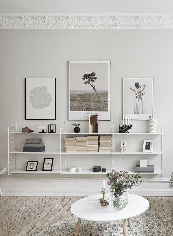 Sehr minimalistisches Regal im Wohnzimmer mit Postern und leichter Deko.   String Pocket shelf system - Pesquisa