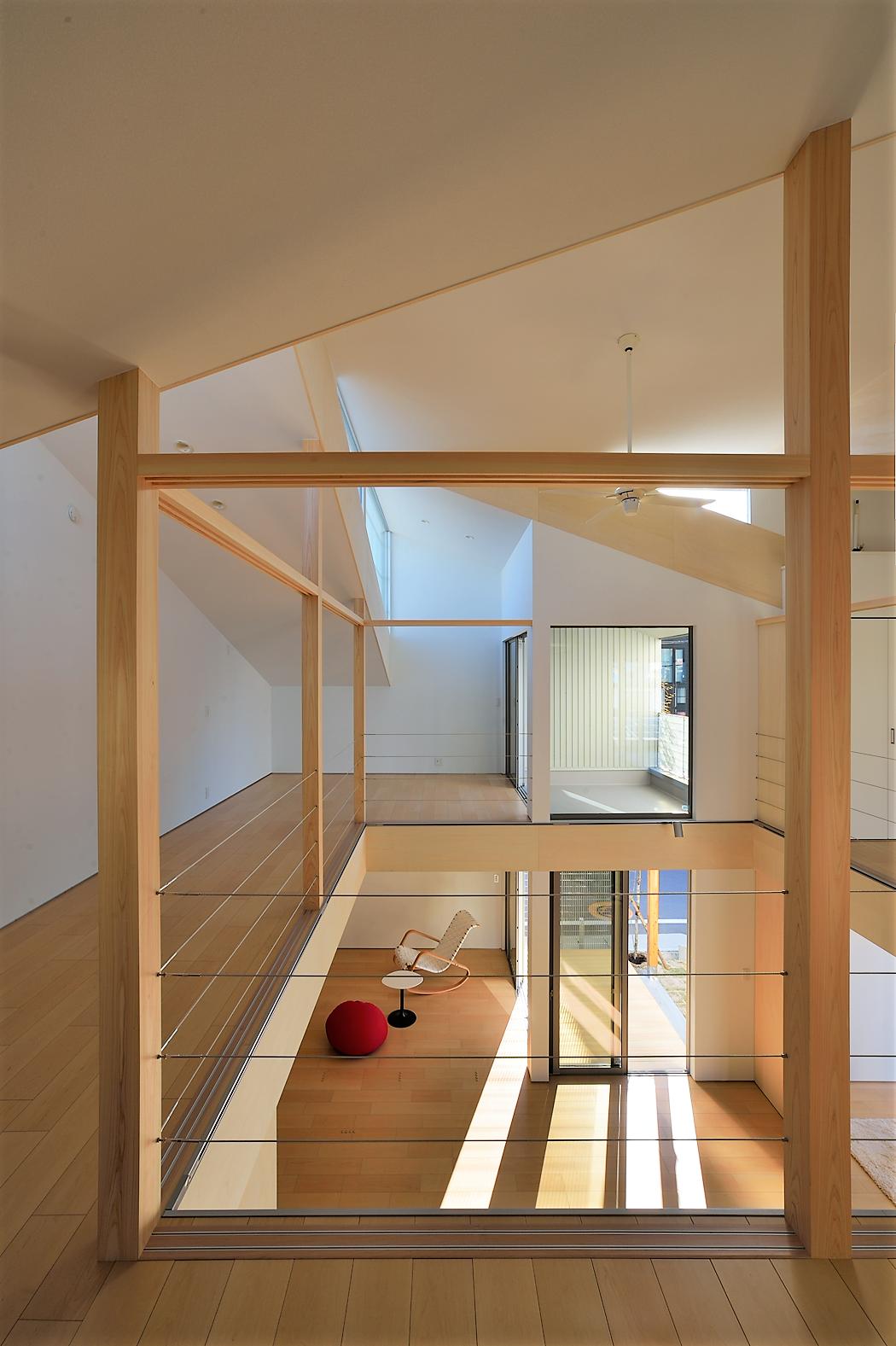 吹き抜けと勾配天井の組み合わせで さらに空間の広がりを演出 ルポハウス 設計士とつくる家 注文住宅 デザインハウス 自由設計 マイホーム 家づくり 施工事例 滋賀 おしゃれ 吹抜け ハウスデザイン リビング 中庭 注文住宅
