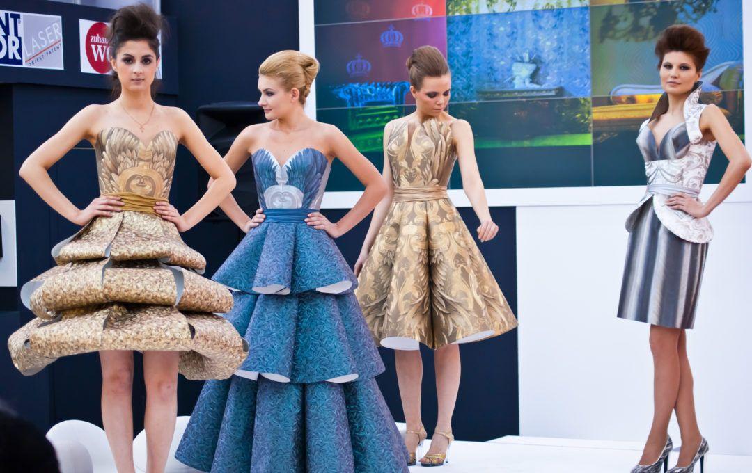 Платья из обоев фото с выставки. Девушки в платьях из обоев 49