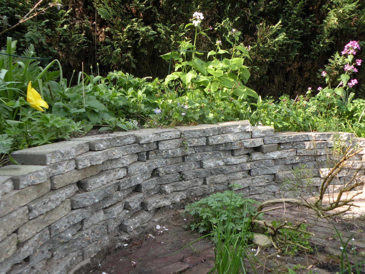 muurtje van oude stoeptegels | Garden | Pinterest