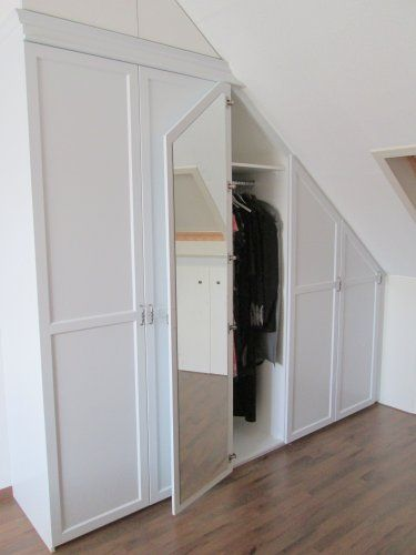Begehbarer kleiderschrank spitzboden  Inbouwkast onder schuin dak met spiegerl   Ideeën nieuwe huis ...