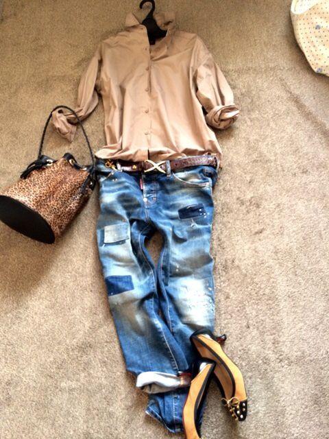 Beige shirt,blue denim jeans ,leopard bag,beige×black pumps shoes,brown belt,