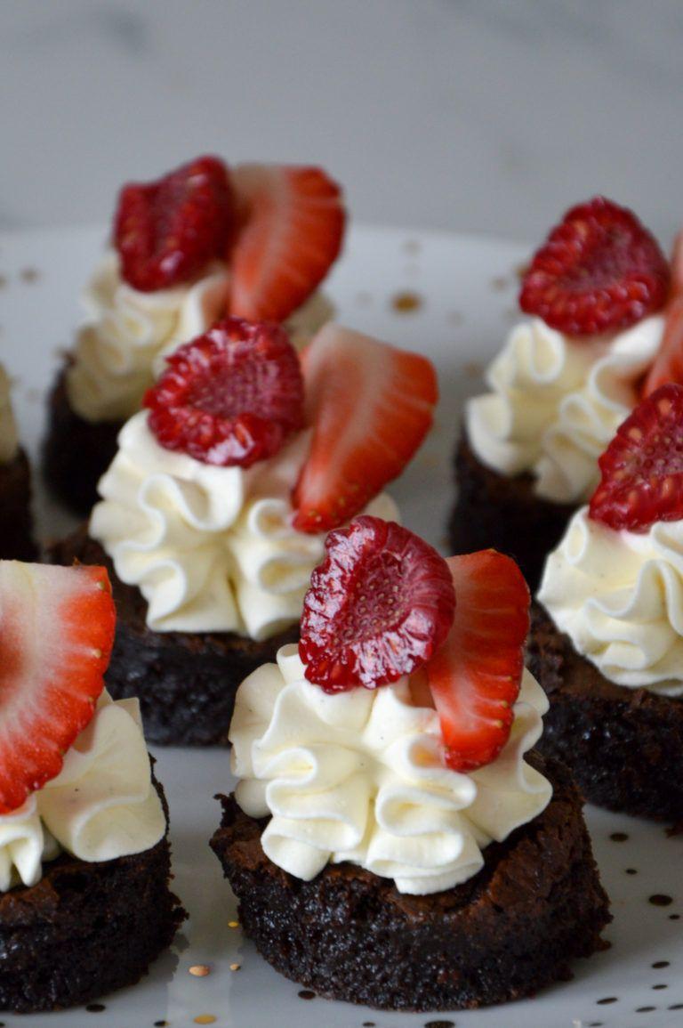 Kage tapas - Brownie bidder med cheesecake creme og friske bær #tapasideer