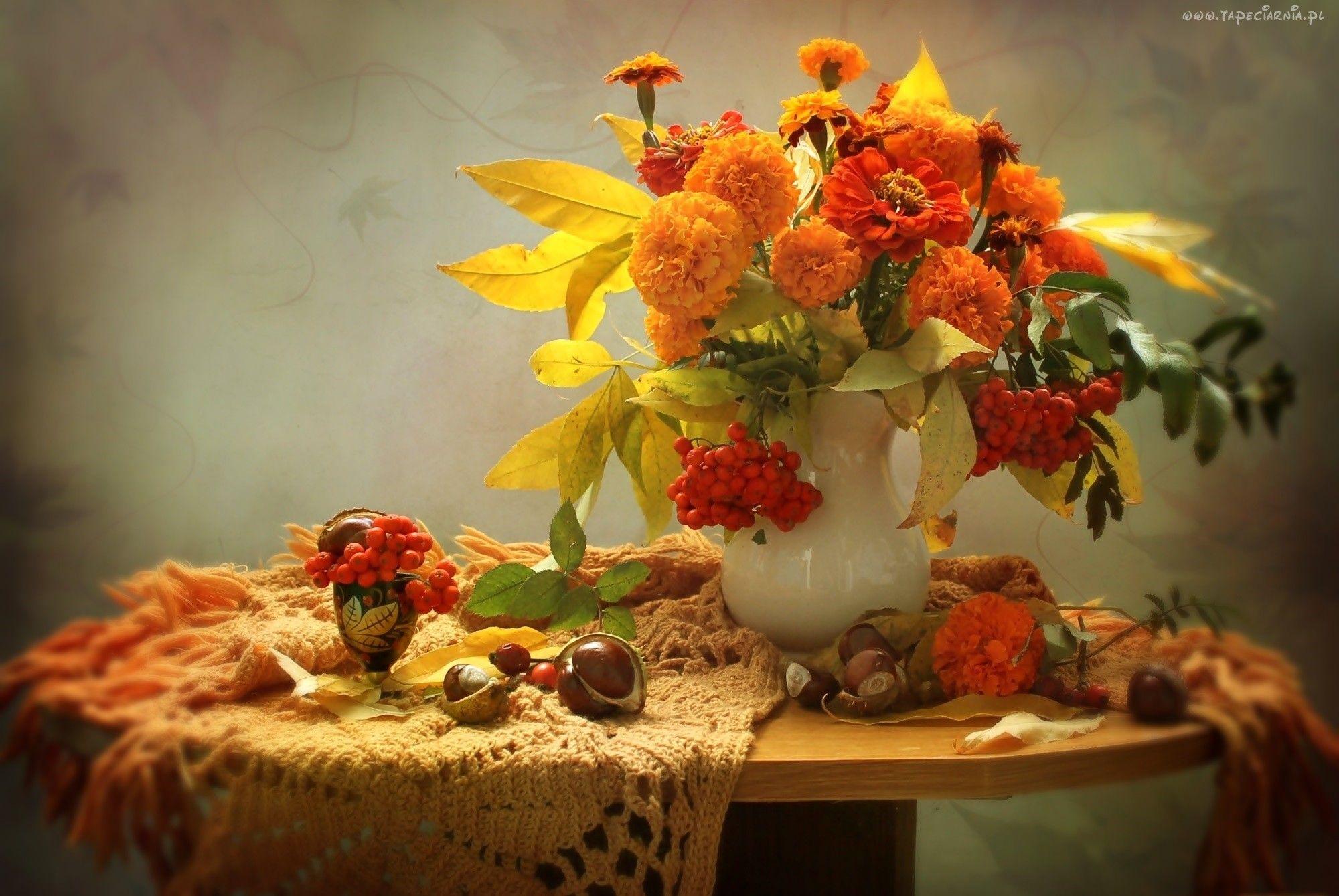 Kwiaty Aksamitki Wazon Jarzebina Liscie Kasztany Kompozycja