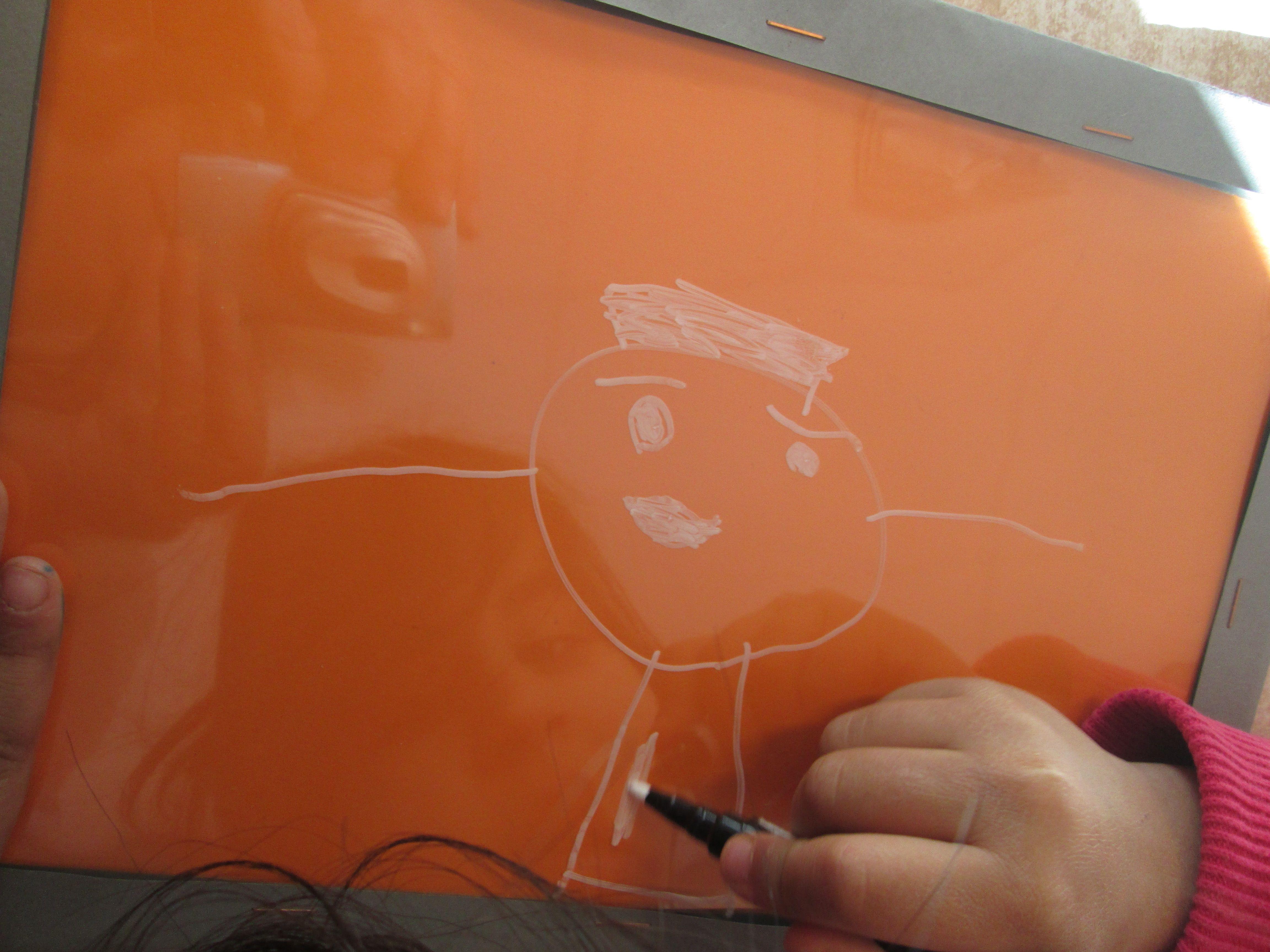 Met krijtstift tekenen op een leeg, gelamineerd vel. Toen een kleuter een raamtekening had gemaakt, vroeg hij of hij het mee naar huis mocht nemen. Toen kwam ik op het idee om met krijtstift op een leeg, gelamineerd vel te laten tekenen. Dit kan wel mee naar huis. Nutsschool Maastricht.
