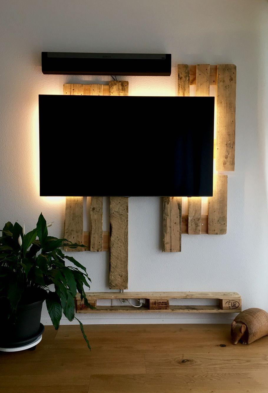 Tv Ruckwand Aus Paletten Und Led Beleuchtung Led Beleuchtung Wohnzimmer Beleuchtung Wohnzimmer Holzwand Wohnzimmer
