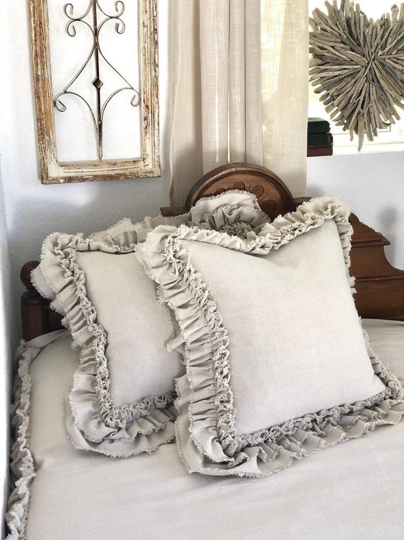 Un par de almohadas con volantes algodón lona lino ropa de