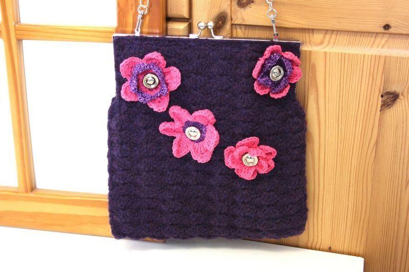 FebruarFun Handtasche gehäkelt Bügel lila Blüten von MarionGre auf DaWanda.com