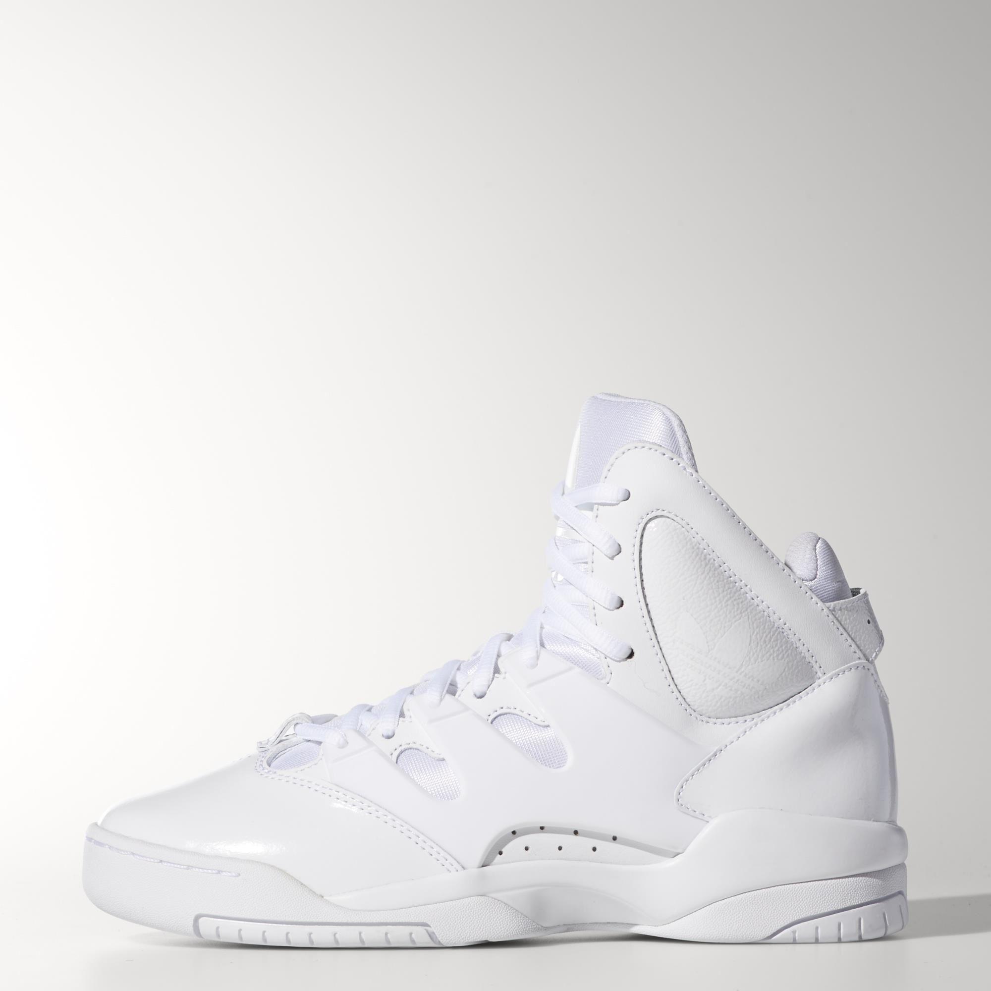 Nogle sko er bedre egnet til dans hele natten end til spil på banen, og det er netop tilfældet med disse basketballinspirerede sko til kvinder. De har en retrostil med høj kant i hvidt læder, en kant i overstørrelse, en formstøbt TPU-rem på foden og TORSION® SYSTEM-støtte til at stabilisere mellemfoden.