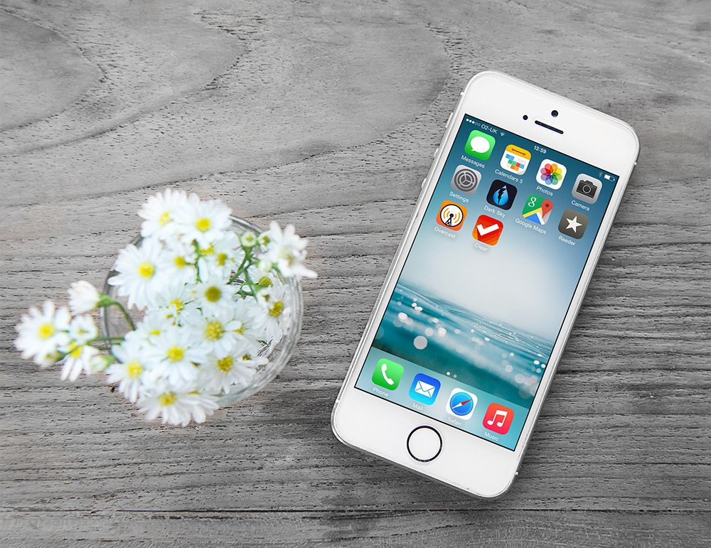 iPhone Free PSD Mockup Wooden Background Trang trí
