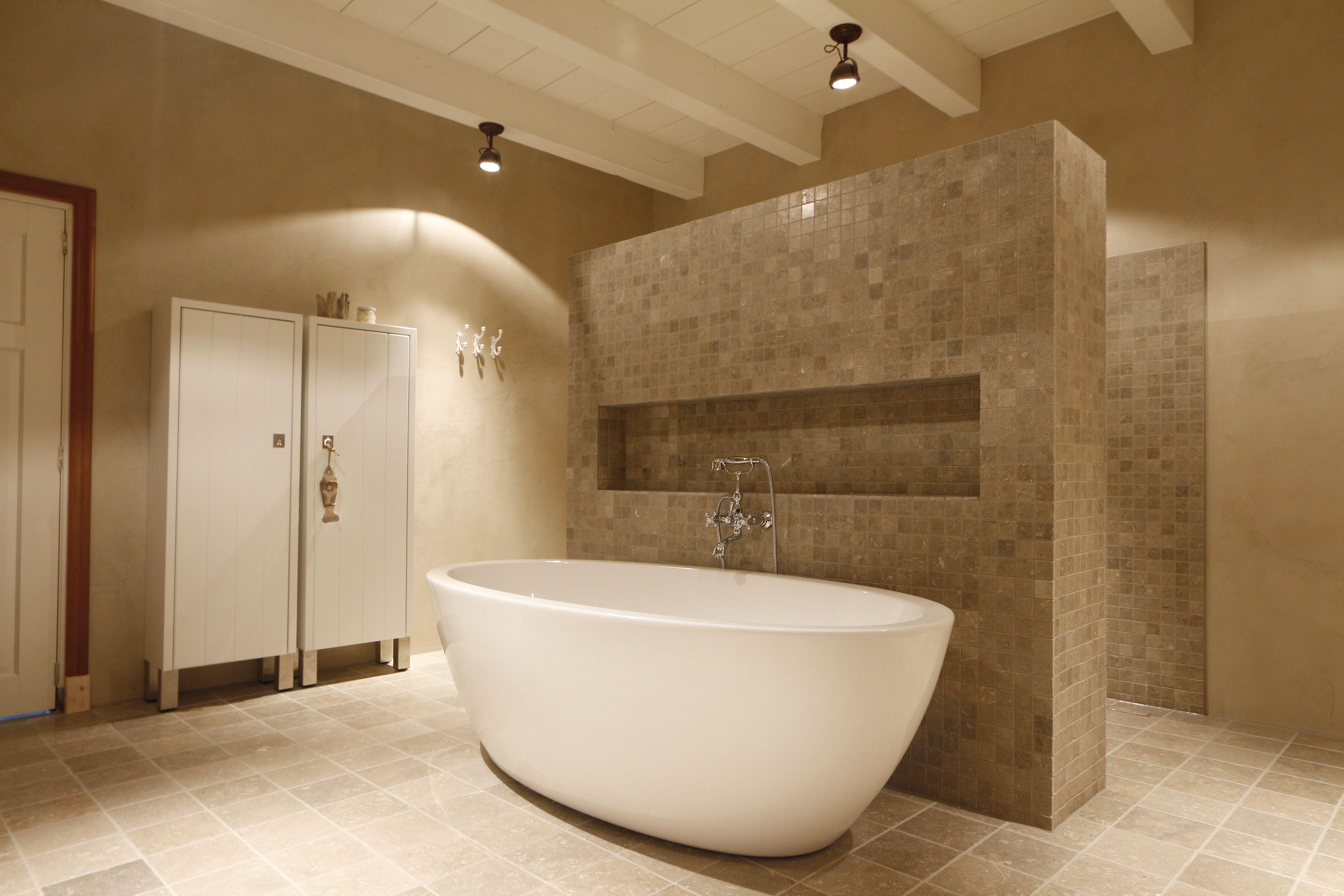 Ontwerp badkamer combinatie van beton cire en tegels