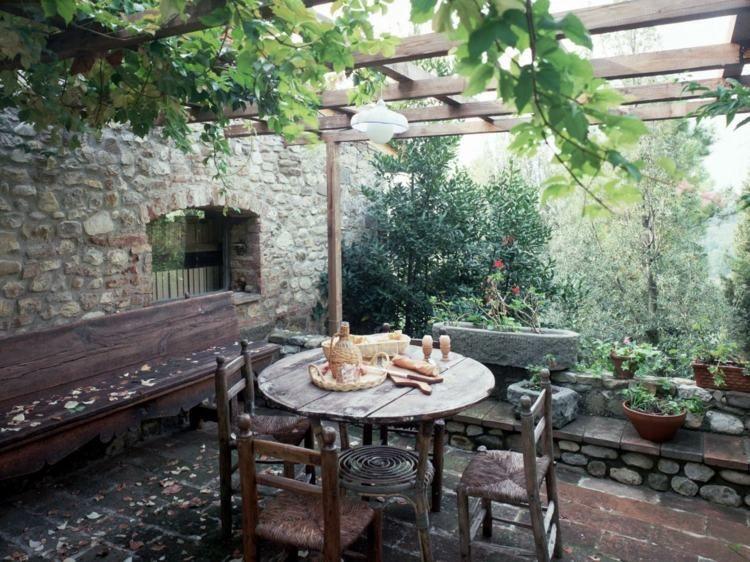 Terrasse et jardin entourés de végétation\u2013idées merveilleuses