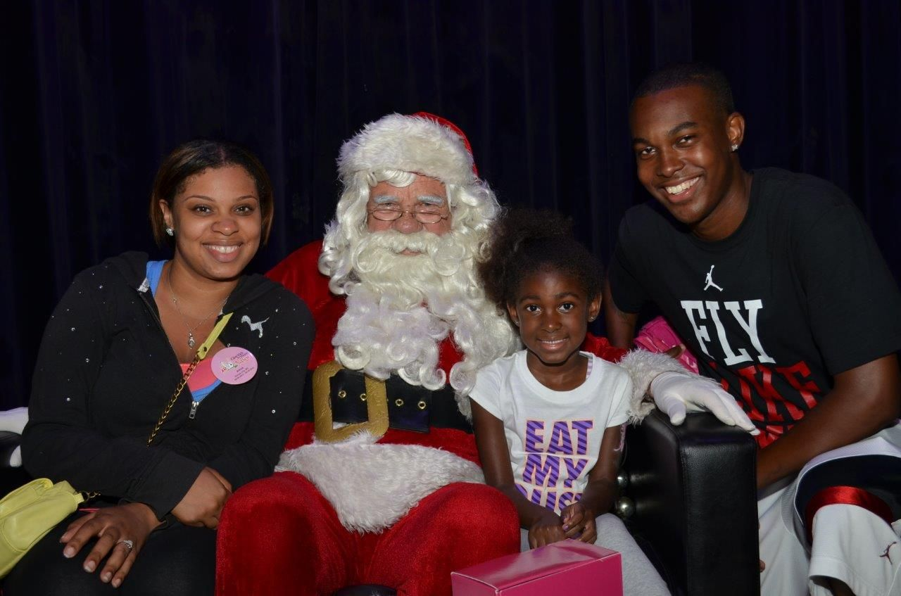 Look, it's Santa!! Amya Revels shares some quality time with the jolly fellow and her family! #GKTW #Santa