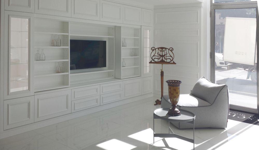 libreria su misura laccata bianca con TV a scomparsa   Soggiorno ...