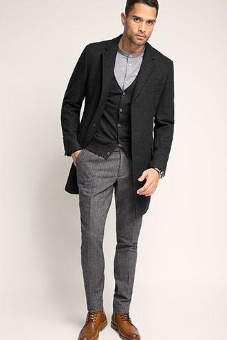Schönes Outfit mit graumelierter Stoffhose, dunkelgrauem Cardigan und schwarzem Blazermantel aus Woll-Mix (€ 189,99). | Esprit