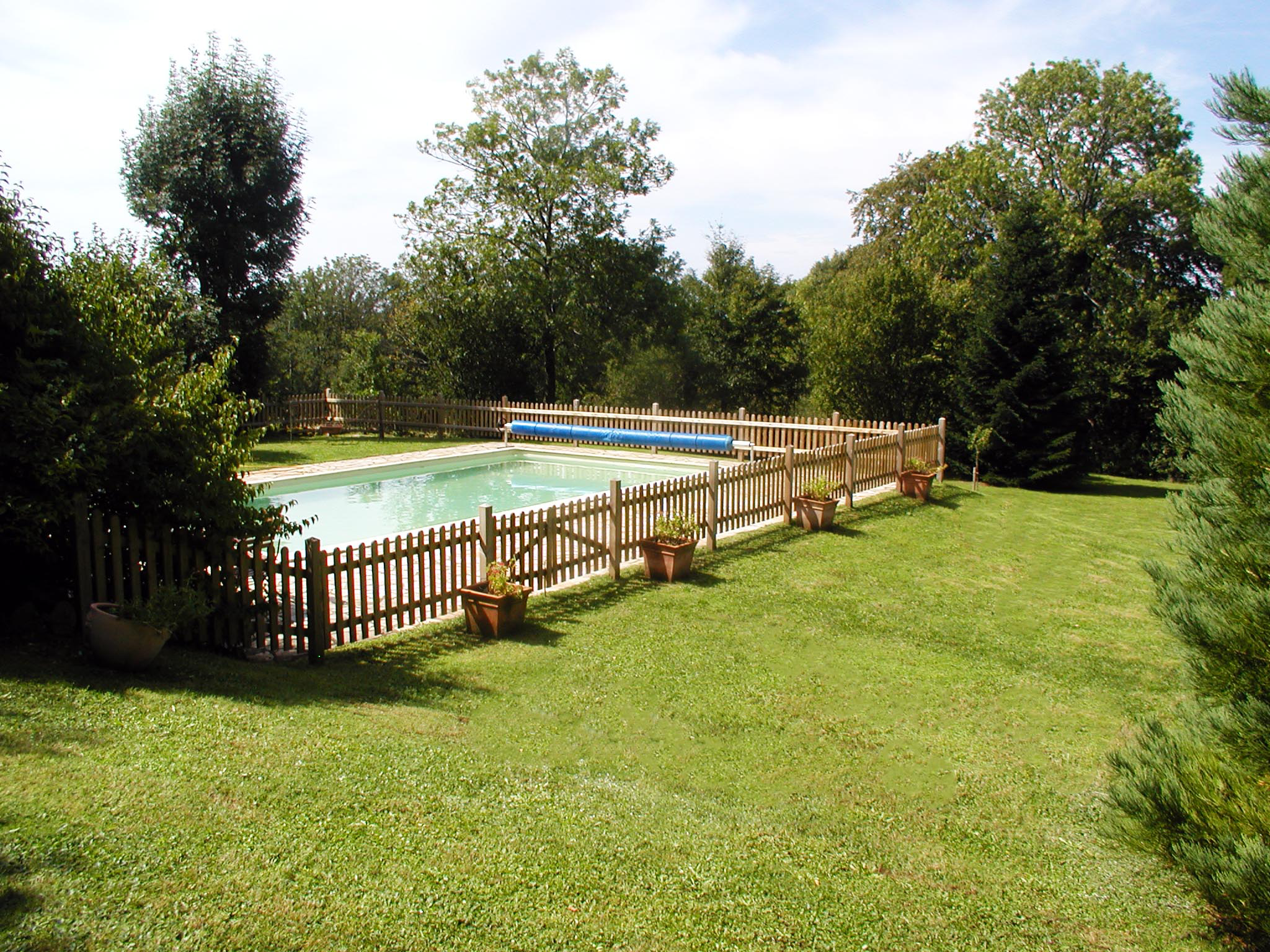 Cloture De Securite En Bois Autour D Une Piscine Bellevue Paysages Saint Bonnet De Salers Paysagiste Canta Barriere Piscine Cloture Bois Cloture Piscine