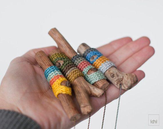 Collar de madera envuelto con ganchillo. Joyas de por idniama