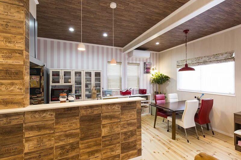 天井と壁は板張り風に 赤の小物が効いた アメリカンカフェのような
