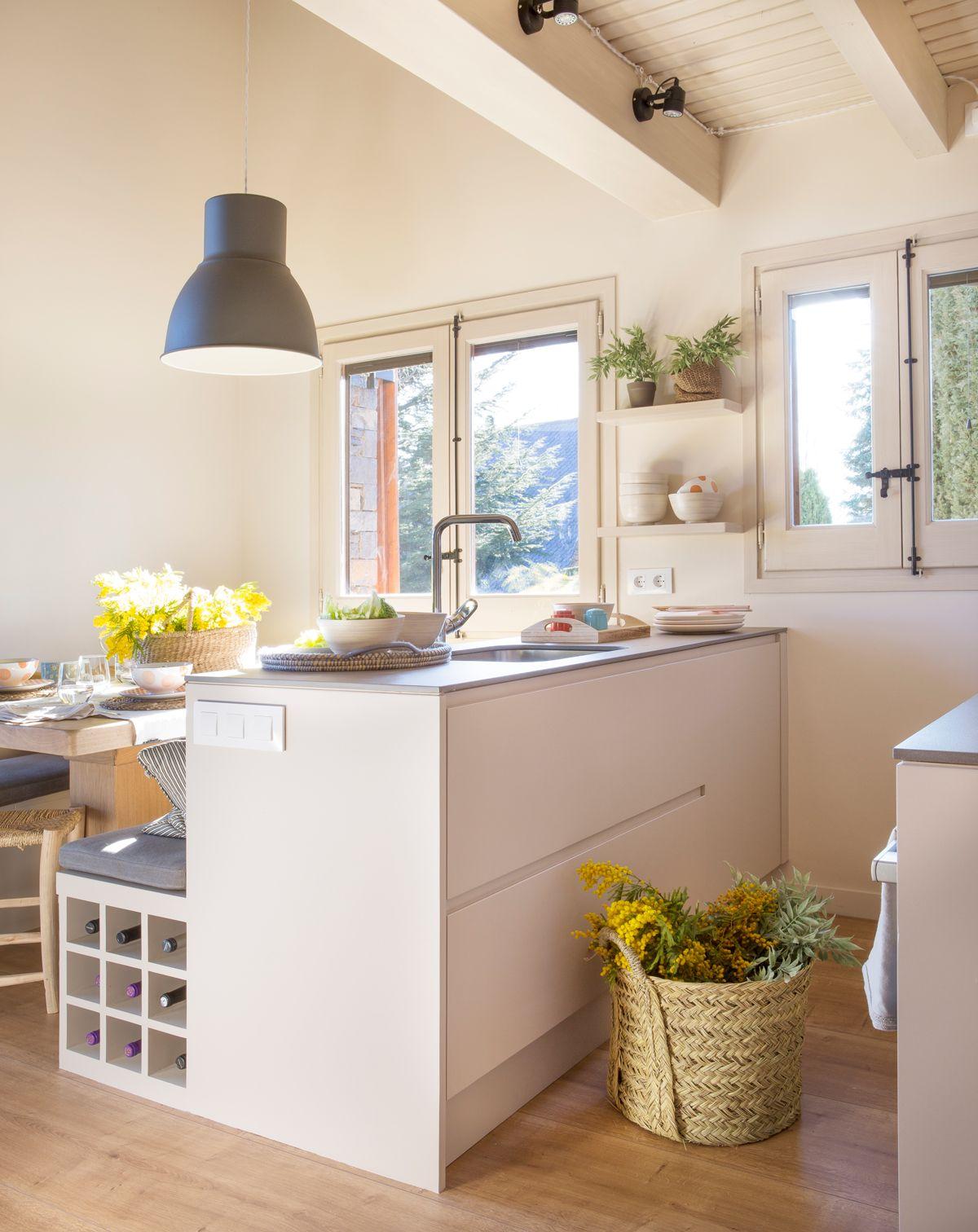 Cocina con isla y office cestas de esparto para decorar - Cocinas office pequenas ...