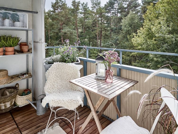 balkonmobel-kleinen-balkon-platz-holzfliesen-holz-weiss-simpel