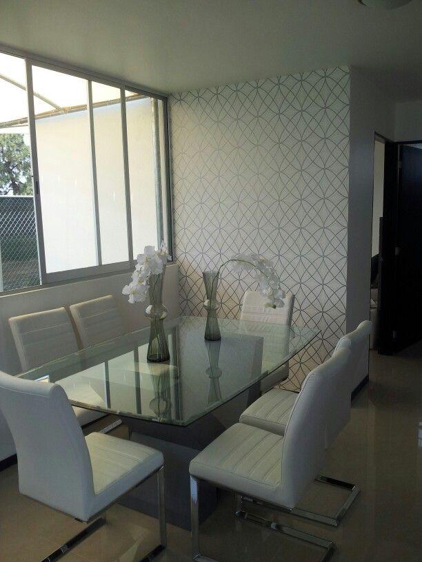 Departamento moderno decorado en tonos gris y blanco for Muebles comedor blanco y gris