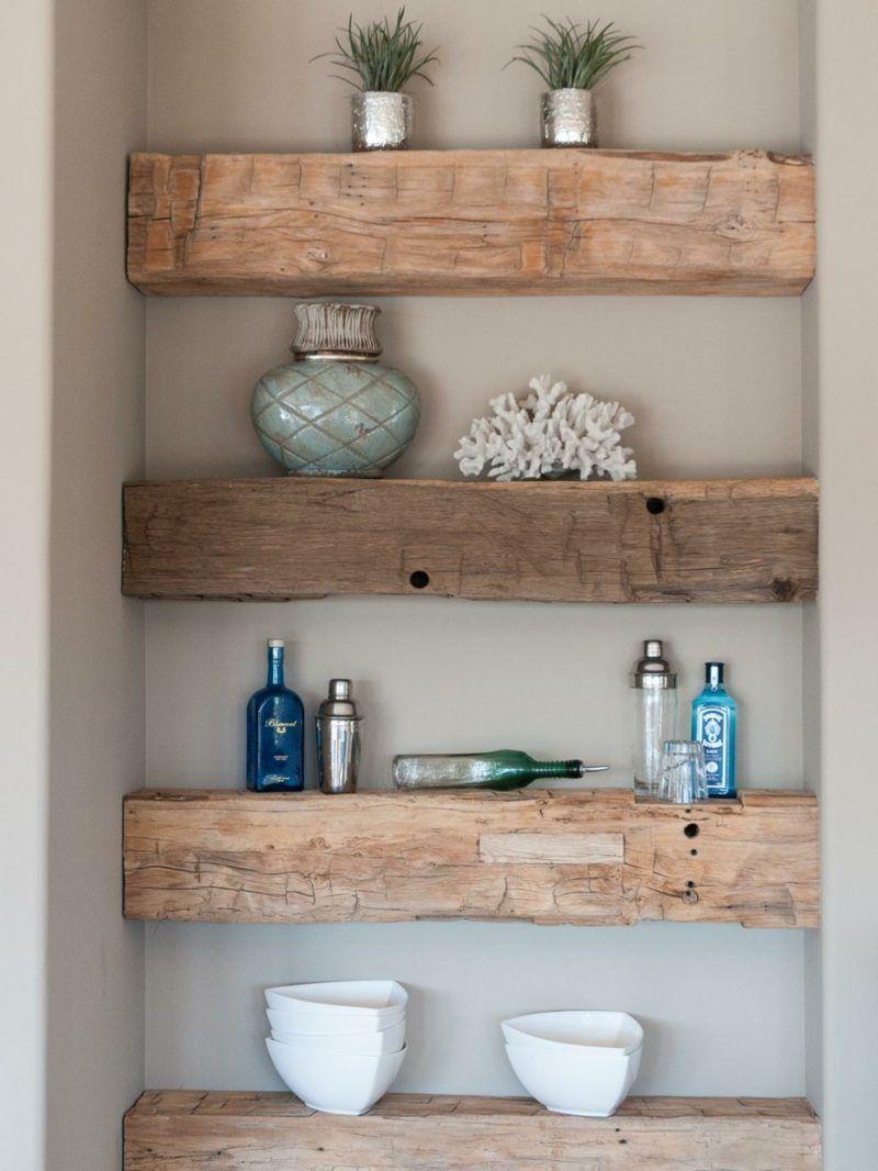 Photo of Rustikale Holzbalken rahmen ein Regal in einer Wandnische – Wohnen / Dekorieren