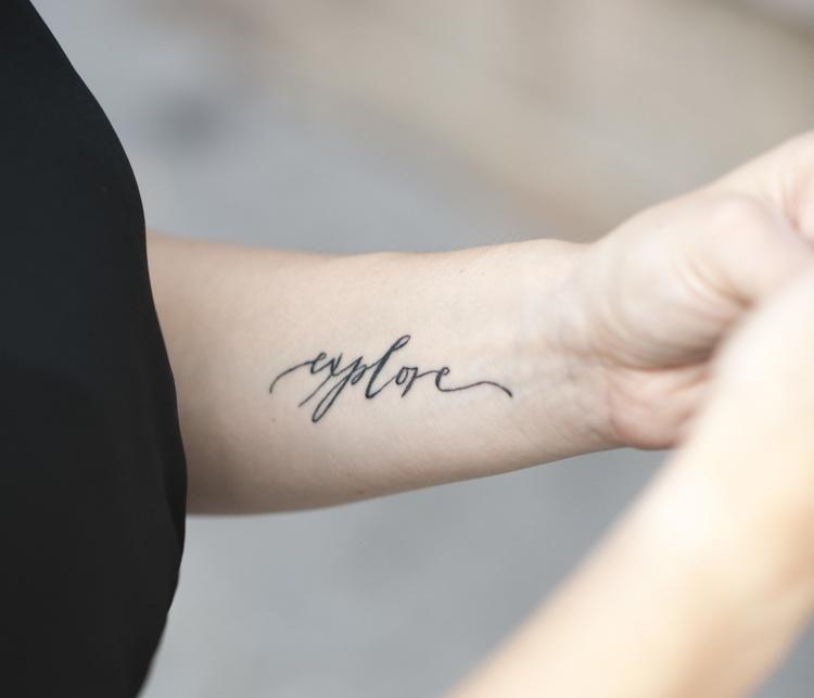 Tattoo Schriften Handgelenk Handschrift Ein Wort Awesome
