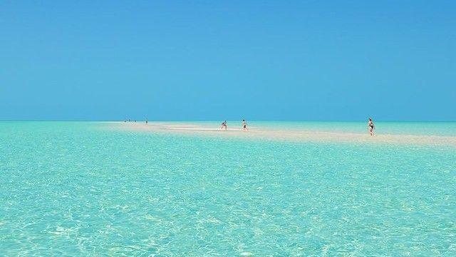 見た瞬間から新しい世界が広がりそうな、海に浮かぶ白い道絶景 | TABIZINE~人生に旅心を~