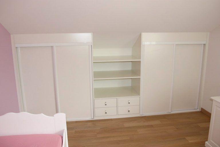 portes de placards sur mesure dans une chambre d'enfant   Placard sous pente, Placard chambre et ...