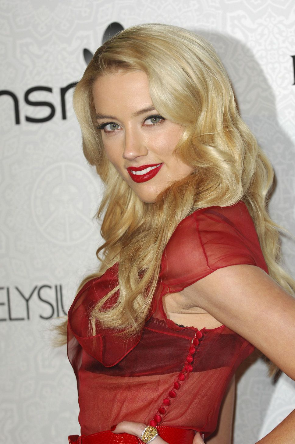 Wavy Blonde Hair With Bright Red Lipstick Blonde Wavy Hair