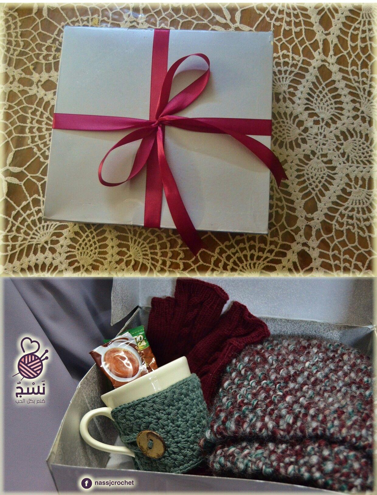 عدة الشتاء كوفية وجوانتى وغلاف للمج يزيده تفرد وتأنق انتظرونا مع صور كل منتج على حدا بشكل أوضح نسج كروشيه صنع بكل Gift Wrapping Gifts Wrap