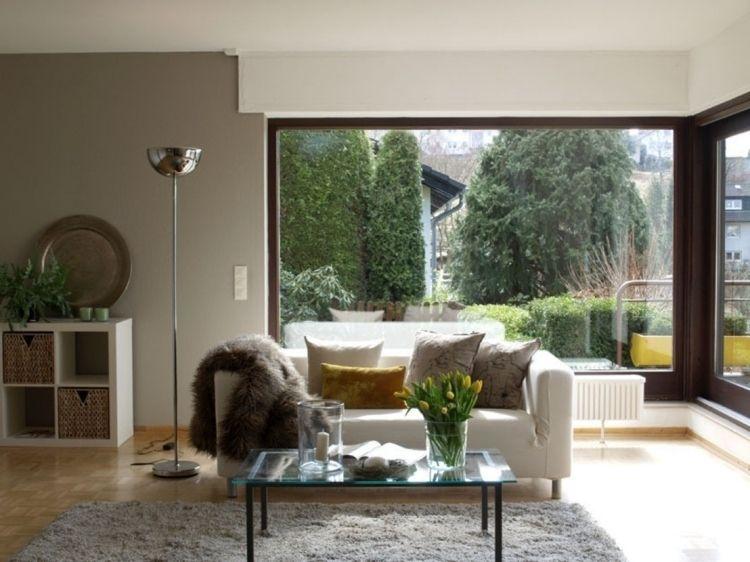 feng-shui-wohnzimmer-einrichten-couch-fenster-licht-blumen-vase - feng shui im wohnzimmer