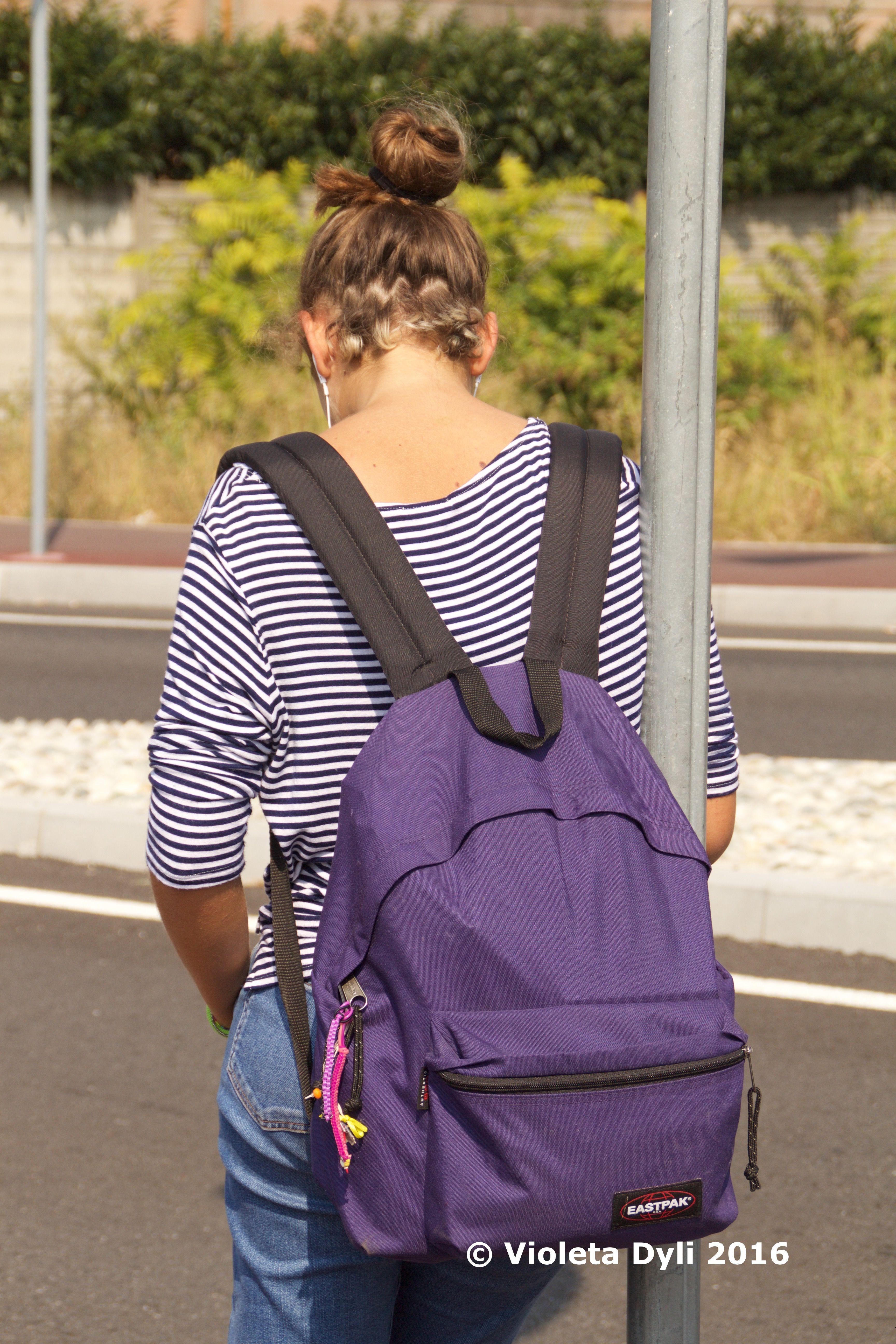 Zaino color viola per la scuola .