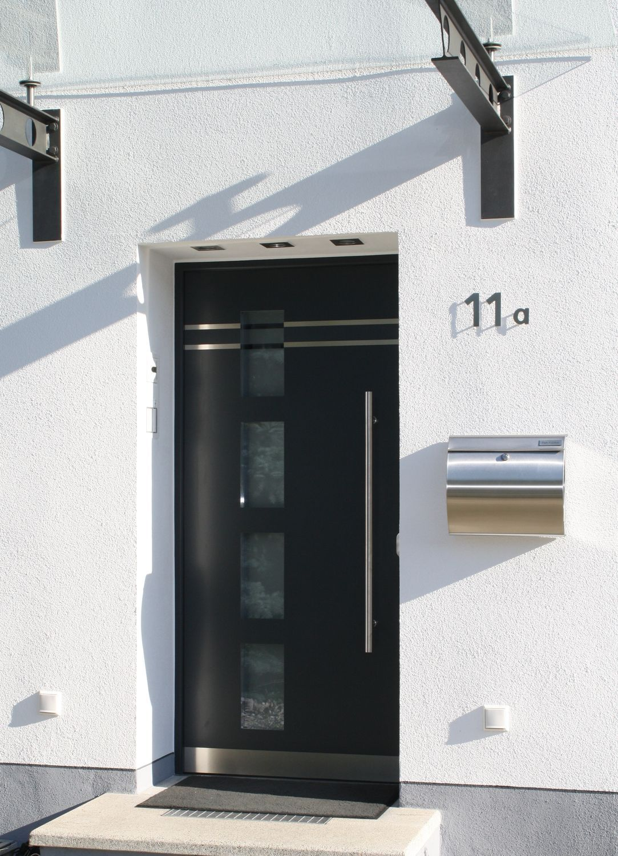 Puerta de entrada batiente de aluminio de seguridad for Puertas de entrada de casas modernas