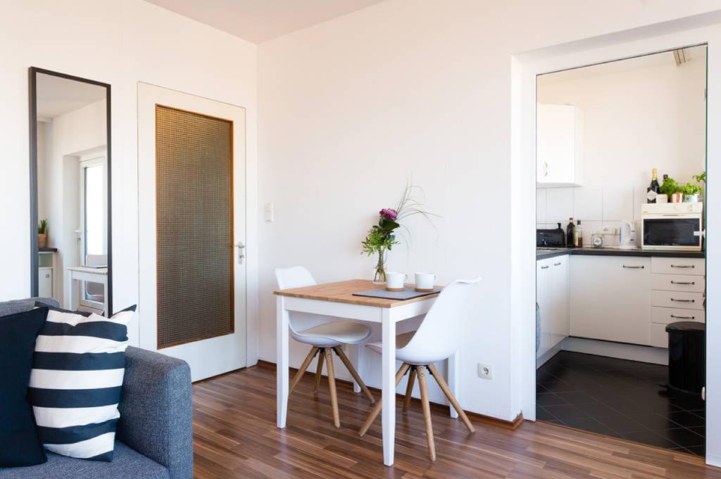 Blick Auf Esstisch Und Kuche In Toller 1 Zimmer Wohnung In Frankfurt 1 Zimmer Wohnung Wohnung Haus Deko