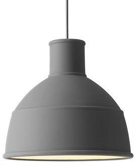FORM US WITH LOVE OM DESIGNET: Industrilampen er et klassisk og efterspurgt design, som vi er glade for at kunne give et nyt perspektiv på. Vores fortolkning af industridesignklassikeren kommer i et finere materiale, der giver lampen et moderne og varmt udtryk. Det bløde silikonegummi gør det muligt at folde lampen sammen i en fiks lille pakke, blot ved at trykke let på toppen. Magasin.dk - Køb online'