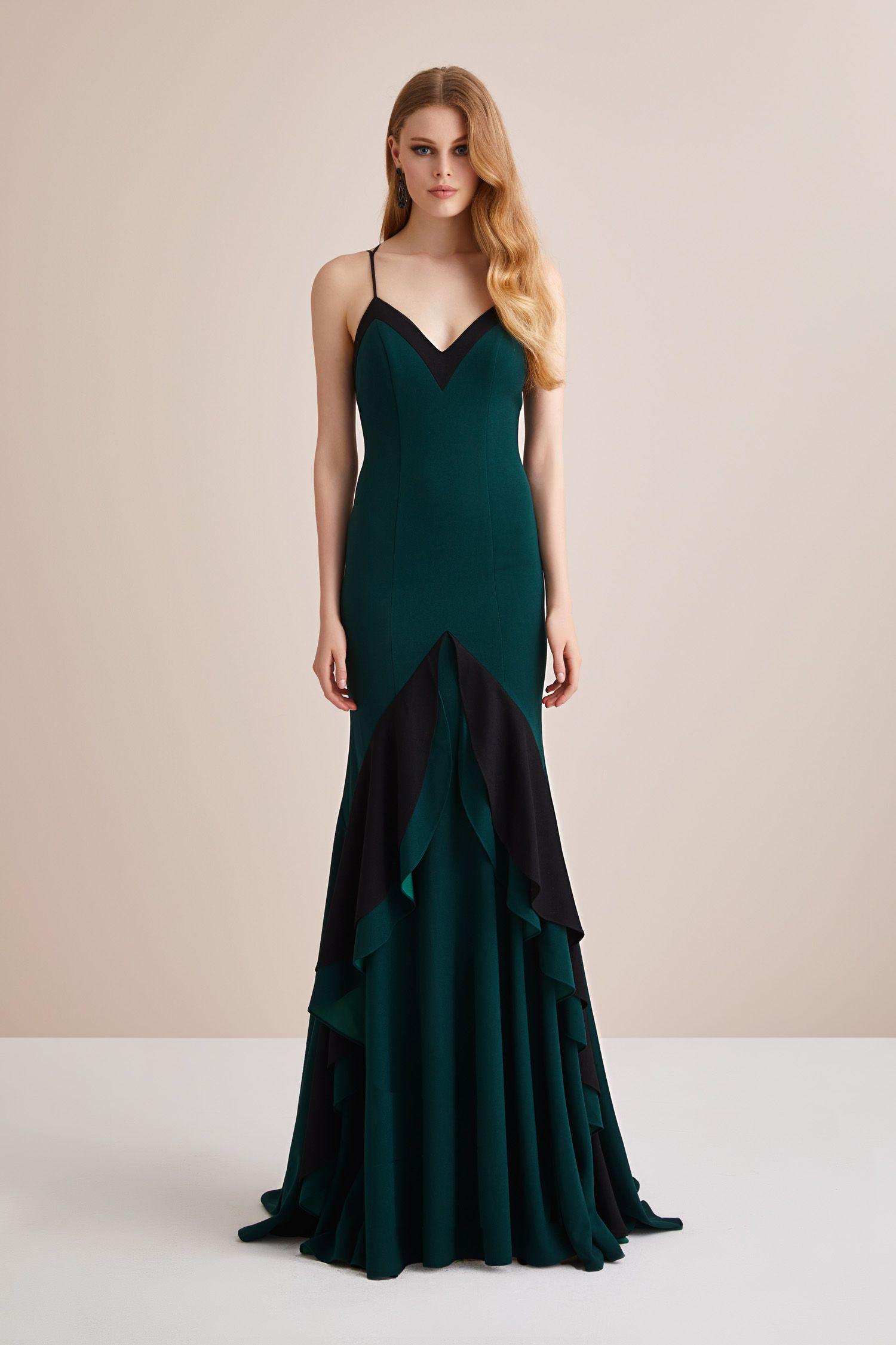 01fba59117290 Askılı Krep Koyu Yeşil Eteği Fırfırlı Abiye Elbise. Düğün gününde gelinin  en yakın arkadaşı Nedimeler şıklığını Oleg Cassini ile tamamlıyor.
