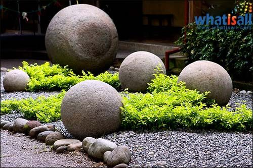 A mystery the continues to wonder people is the collection of stone spheres or stone balls of Costa Rica that was discovered in Diquis Delta of Costa Rica. More than 300 completely spherical, mane-made stone spheres have been discovered by the archeologists since 1930s. These stones vary in size and weight. Some with small diameter, some with large diameter, and some weigh as much as 16 tons.