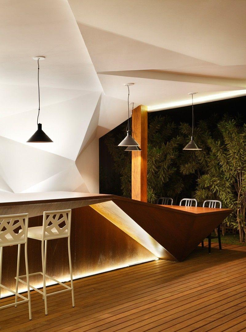 Nosotros Bar avec meuble bar design et mur facetté lumineux par Otto ...
