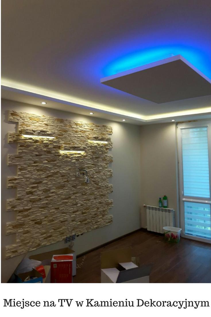 Mały Salon Ze ścianą Na Tv I Podświetlone Półki Living