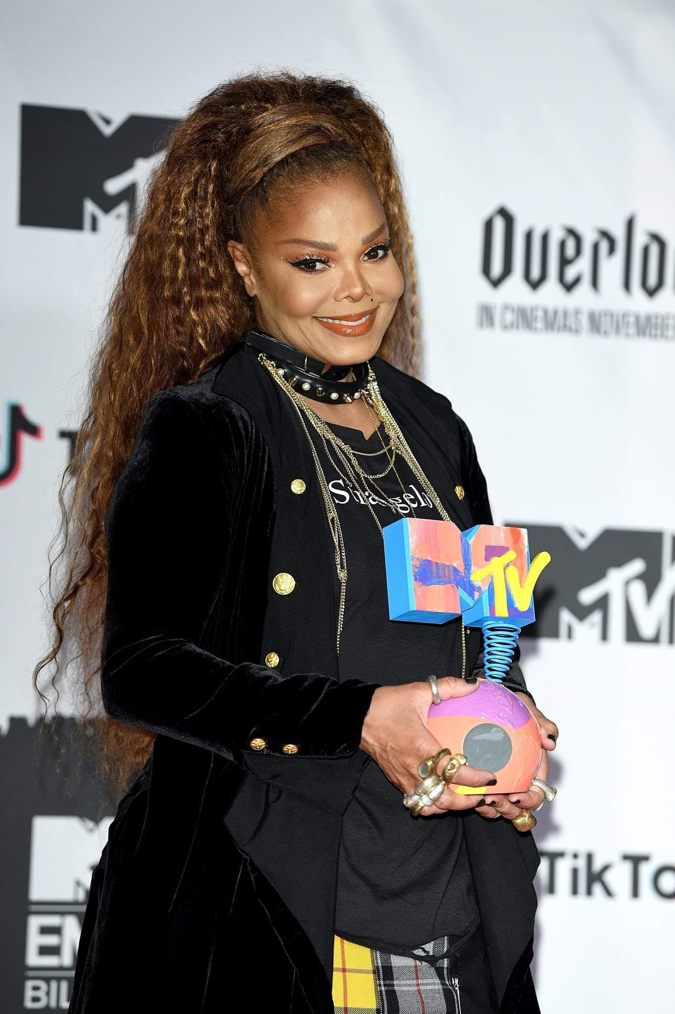 Queen Jackson with the Global Icon Award in the