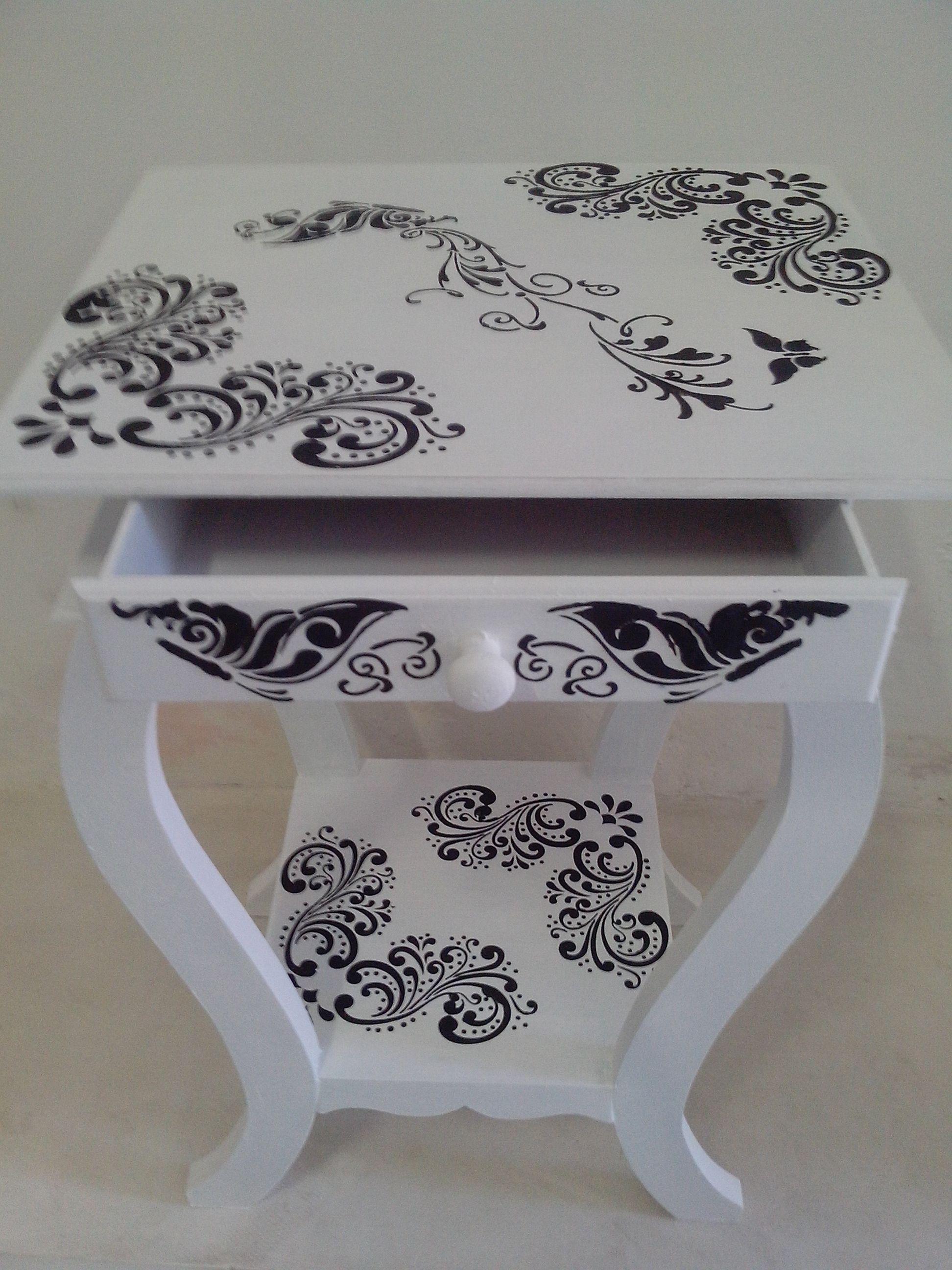 Mesinha criado-mudo branca decorada em preto