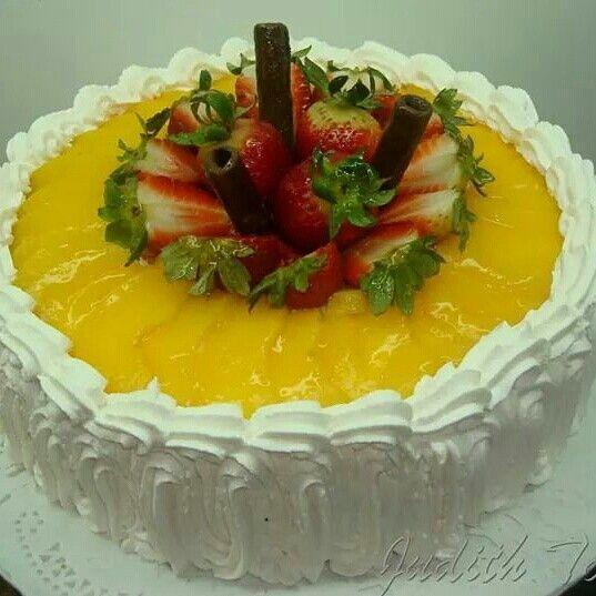 Torta Fria Rellena De Crema Pastelera Melocotones Y Fresas Mexican Food Recipes Desserts Food