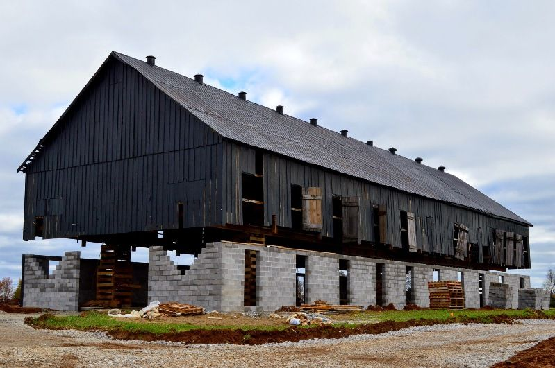 The margaux farm thoroughbred racehorse barns in kentucky for Tobacco barn house plans
