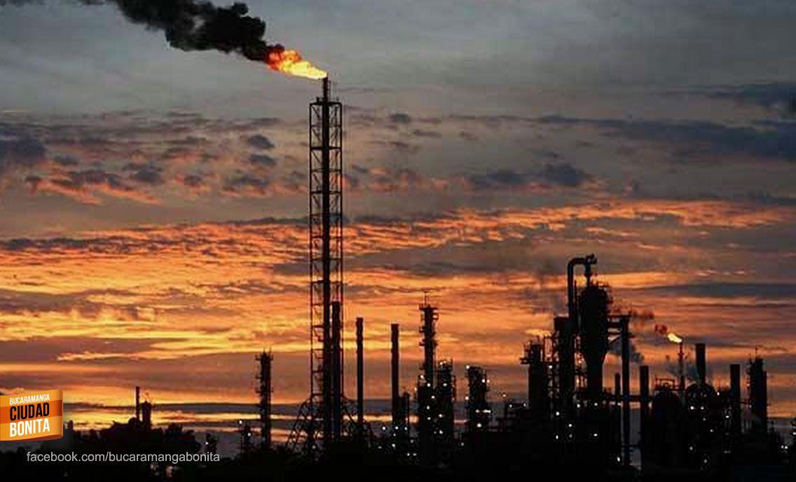Atardecer en la importante refineria de Ecopetrol en Barrancabermeja, espectacular foto. Gracias  @JoseSamueldq por compartirla #AtardecerBUC